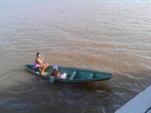 Bambino che raccogle un sacchetto gettato da un marinaio