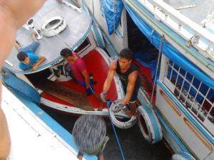 Lancio di cesti di frutta dalle lance alla nave, durante la navigazione sul Rio delle Amazzoni.