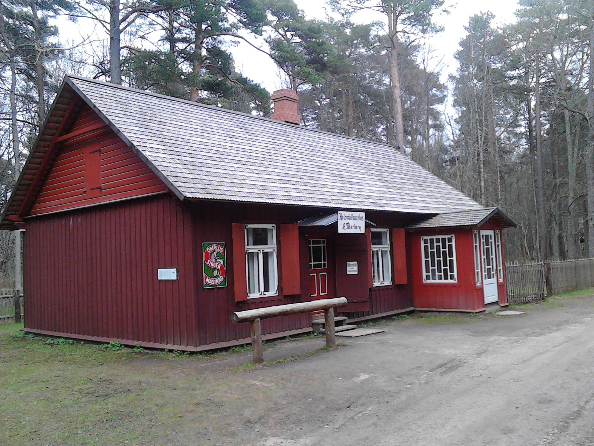 Casetta degli anni'30 che serviva anche da negozio rurale. E' mstato usato questo tipico color rosso a base di rame che proteggeva il legno e che è molto usato in Finlandia e in Svezia per gli edifici rurali, amcora oggi.