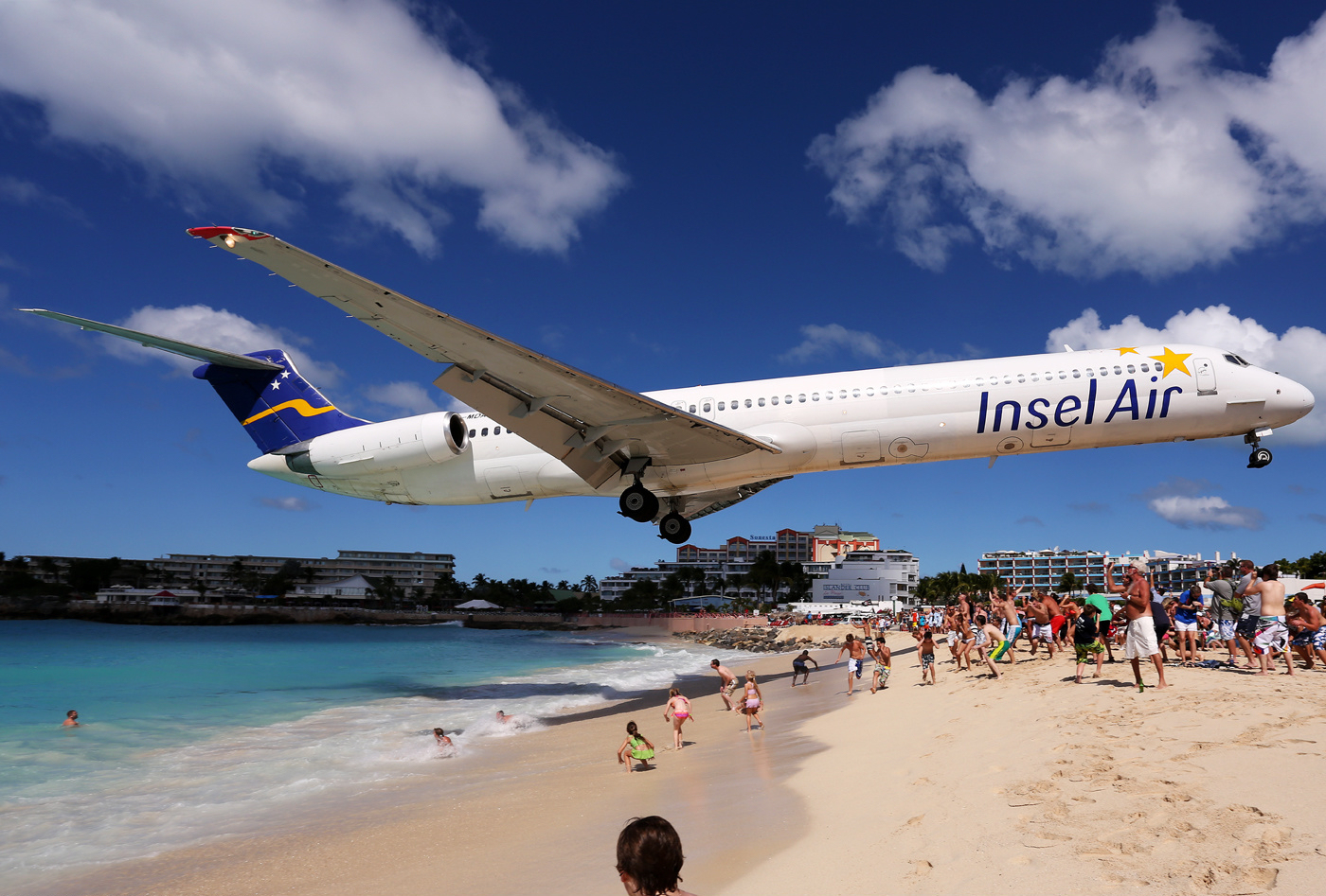 insel_air_mcdonnell_douglas_md-83_ultra-low_approach_over_maho_beach