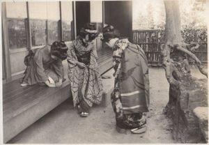L'inchino è una delle principali regole giapponesi di educazione.